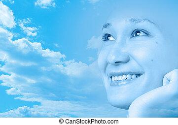 Chica sonriente feliz, mira el diseño artístico