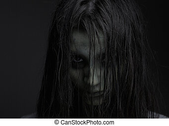Chica zombi con expresión de horror