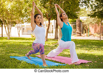 Chicas concentradas haciendo yoga