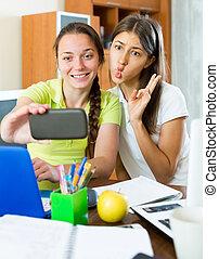Chicas haciendo fotos en el teléfono móvil