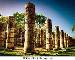 Chichen itza, columnas en el templo de mil guerreros