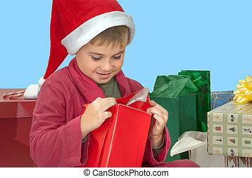 Chico abriendo regalo de Navidad