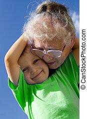 Chico con abuela
