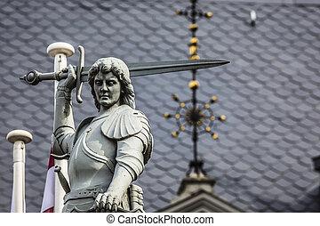 Chico con la espada y el dragón; un detalle arquitectónico de la Casa de los Blackheads, Riga, Letonia