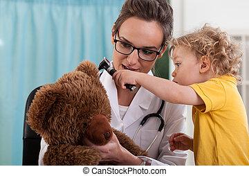 Chico con oso en la oficina del pediatra