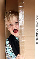 Chico en la caja