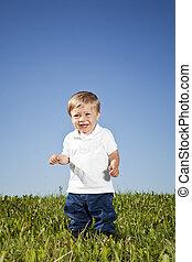 Chico en la hierba