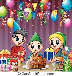 Chico feliz soplando velas de cumpleaños con su familia