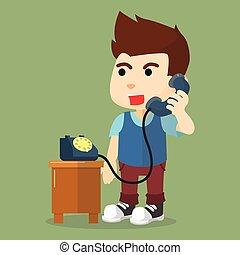 Chico hablando por teléfono