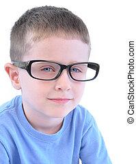 Chico listo con gafas en blanco