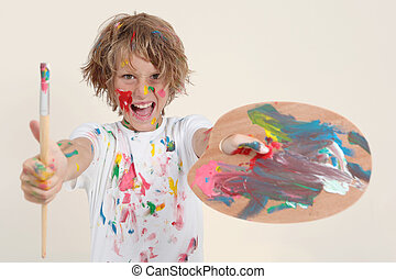 Chico pintando con pincel y pallete