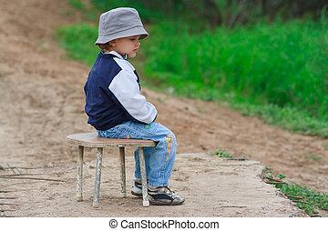 chico que sienta, joven, esperar, algo, silla