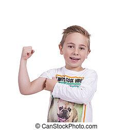 Chico sonriente flexionando bíceps