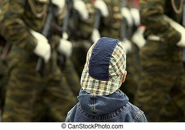 Chico y militar en el desfile