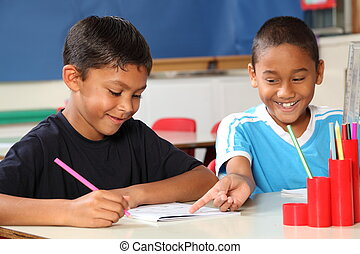 Chicos de escuela aprendiendo en clase