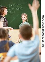 Chicos de escuela en clase en la clase de matemáticas
