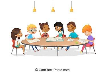 Chicos y chicas sentados alrededor de la mesa, estudiando, leyendo libros y discutiéndolos. Niños hablando entre sí en la biblioteca de la escuela. Ilustración de vectores de dibujos animados para pancarta, poster, publicidad.