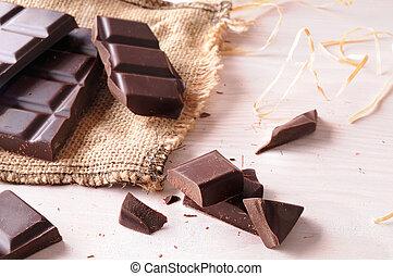 Chocolate artesano roto en una mesa de madera con vista elevada