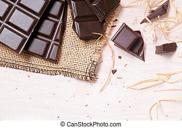 Chocolate artesano roto en una mesa de madera