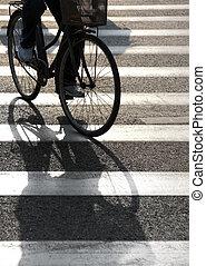 ciclista, cruce, peatón