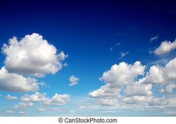 Cielo azul con algodón como nubes