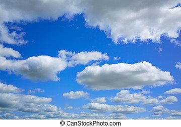 Cielo azul con nubes en un día de verano