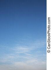 Cielo azul dramático y nubes blancas