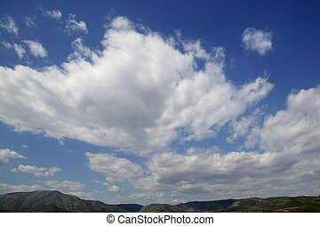 Cielo azul, nubes blancas en un día de verano
