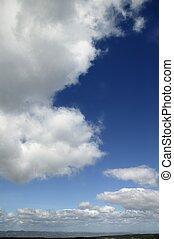 Cielo azul nubes blancas en un día limpio de verano, la naturaleza