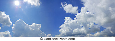Cielo azul nublado con panorama solar