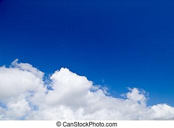 Cielo de verano soñado con nubes