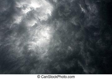 Cielo dramático oscuro con nubes de tormenta