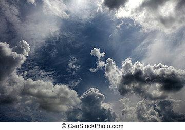 Cielo nublado, cielo sombrío con nubes.