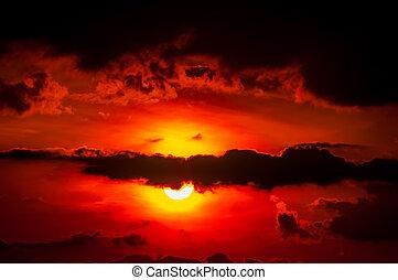 Cielo ocaso naranja y nubes sobre valles de montaña