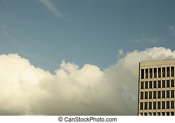 Cielo sobre las frías nubes de invierno y el bloque de oficinas de la ciudad