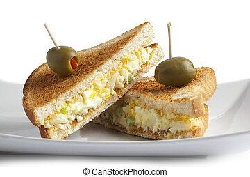 Cierra el sandwich de huevo con fruta de oliva