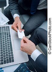 Cierra. La gente de negocios cambia sus tarjetas de negocios