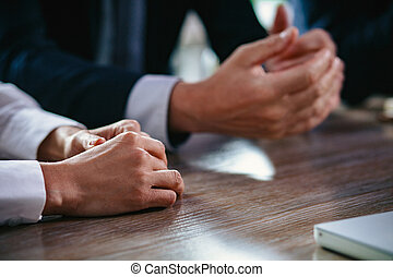 Cierra las manos de la gente de negocios en la mesa