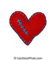 Cierra un corazón rojo de fieltro aislado en blanco
