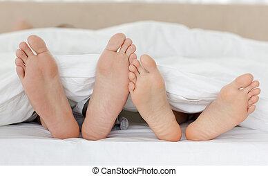 cierre, couple's, pies, mientras, su, arriba, relajante, cama