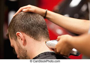 cierre, teniendo, corte de pelo, estudiante masculino, arriba