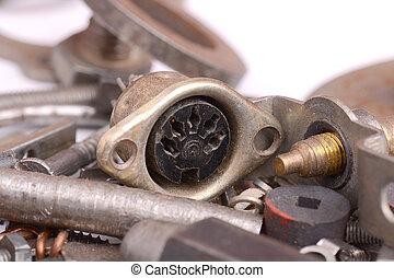 Cierren la vista de los viejos detalles de metal y tornillos