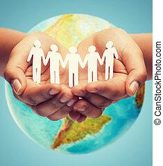 Cierren las manos humanas con la tierra