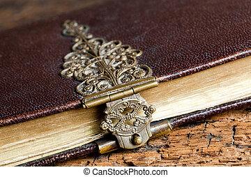 Cierro polvoriento en el libro antiguo