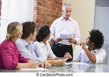 Cinco hombres de negocios en una reunión