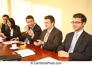 Cinco personas de negocios en una conferencia