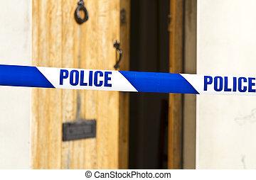 Cinta policial a través de una puerta abierta