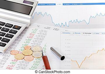 Citas de acciones, calculadora y dinero sobre la mesa