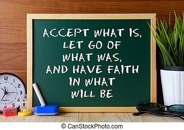 Cito de palabra acepta lo que es, olvídate de lo que fue, y ten fe en lo que será escrito en una pizarra verde en una mesa de madera.