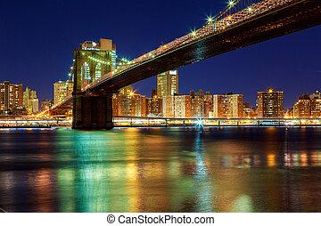 Ciudad de Nueva York - hermosa puesta de sol sobre Manhattan con y puente Brooklyn